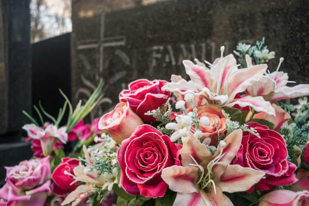 sztuczne kwiaty nagrobie