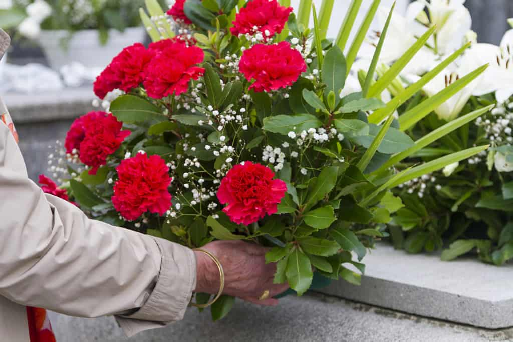 ułożenie kwiatów nagrobie
