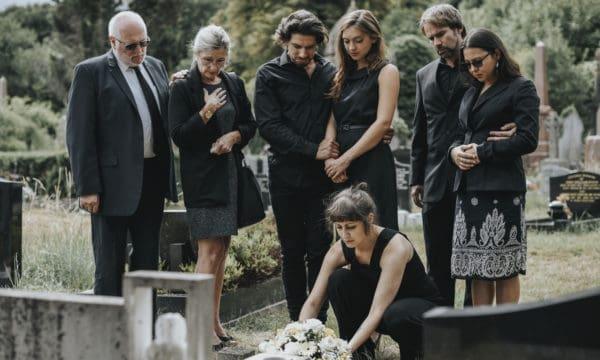 Ceremonia pogrzebowa na cmenatrzu