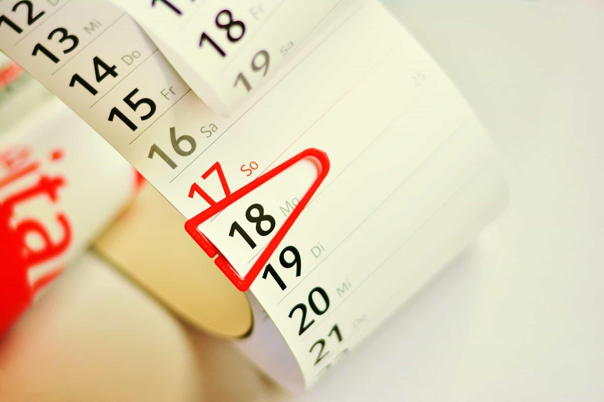 Kalendarz zzaznaczonym naczerwono jednym dniem - urlop okolicznościowy