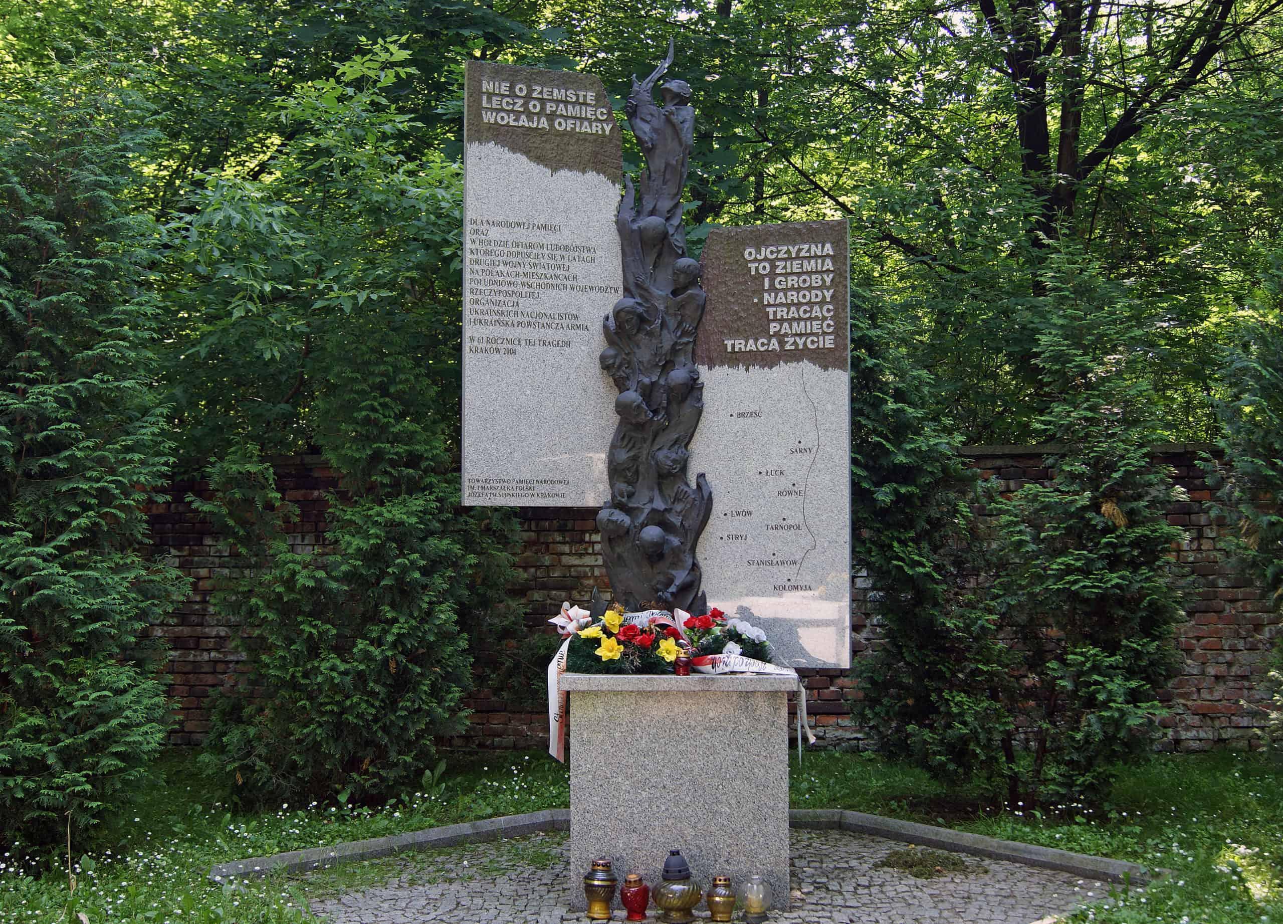 Pomnik ofiar ukraińskiego ludobójstwa naWołyniu cmentarz rakowicki