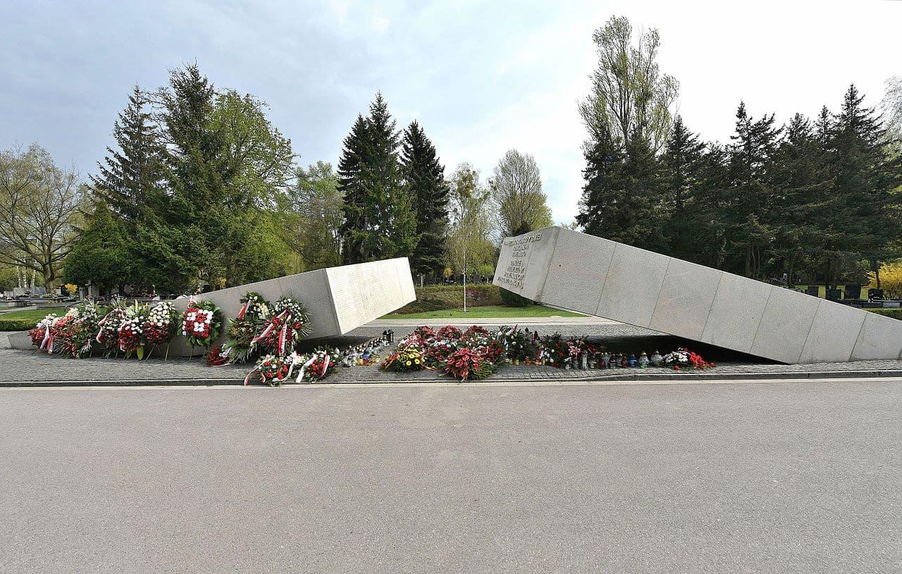 Pomnik ofiar katastrofy smoleńskiej naCmentarzu Wojskowym naPowązkach wWarszawie
