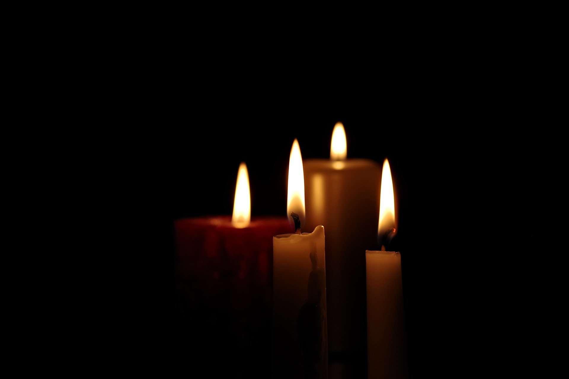 Świece zapalane nacmentarzu - pogotowie pogrzebowe