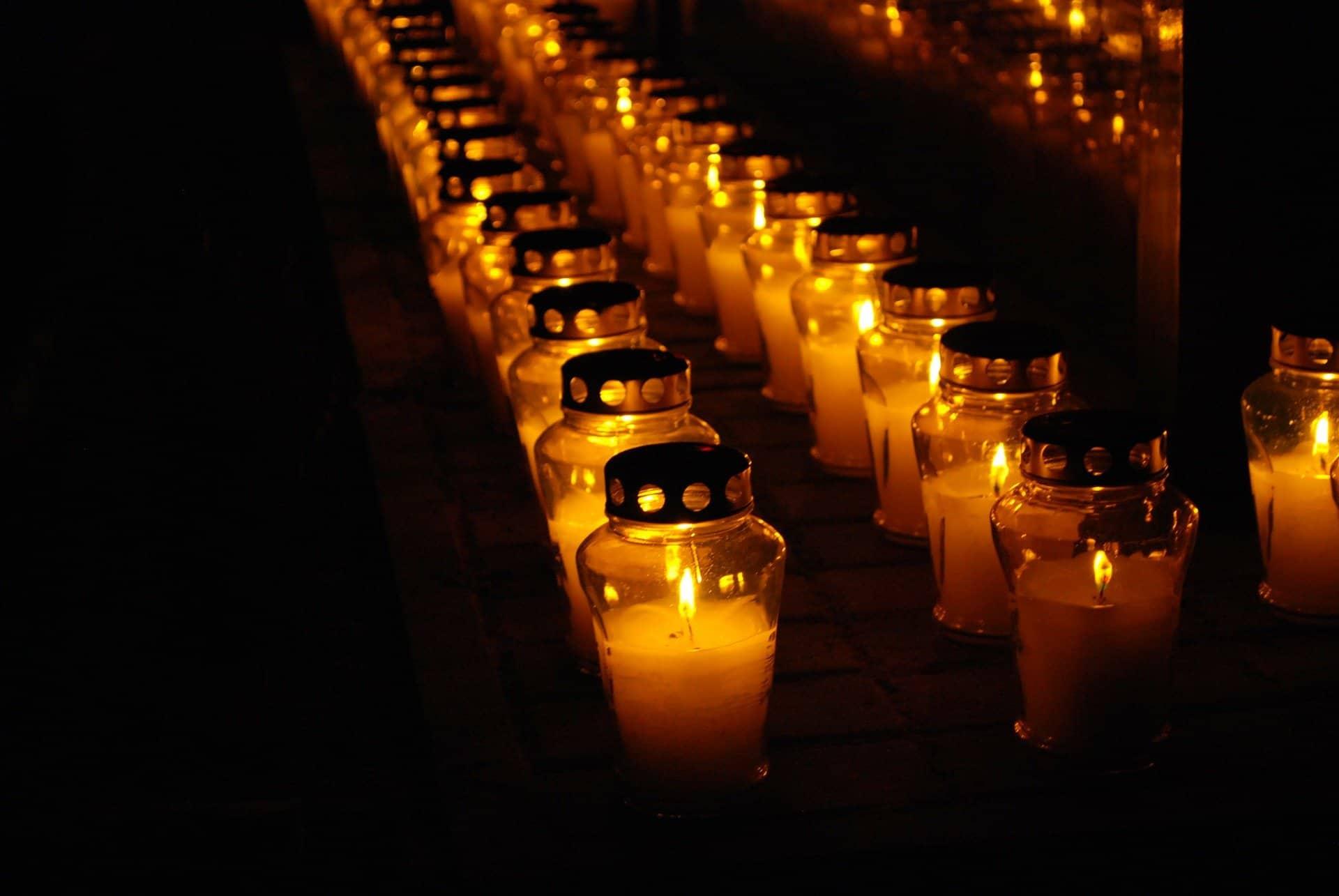 Zapalone nocą znicze nacmenatrzu - pogotowie pogrzebowe - zakłady pogrzebowe