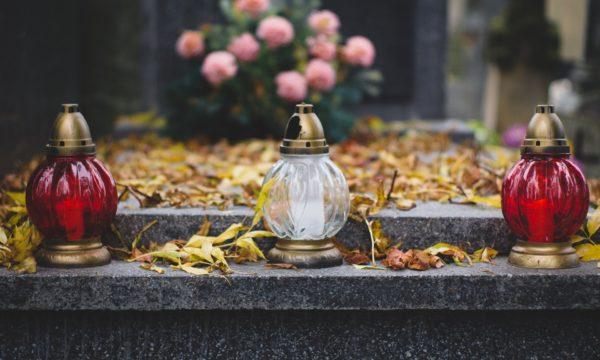 Znicze na pomniku - dzień zaduszny - pogotowie pogrzebowe - zakłady pogrzebowe