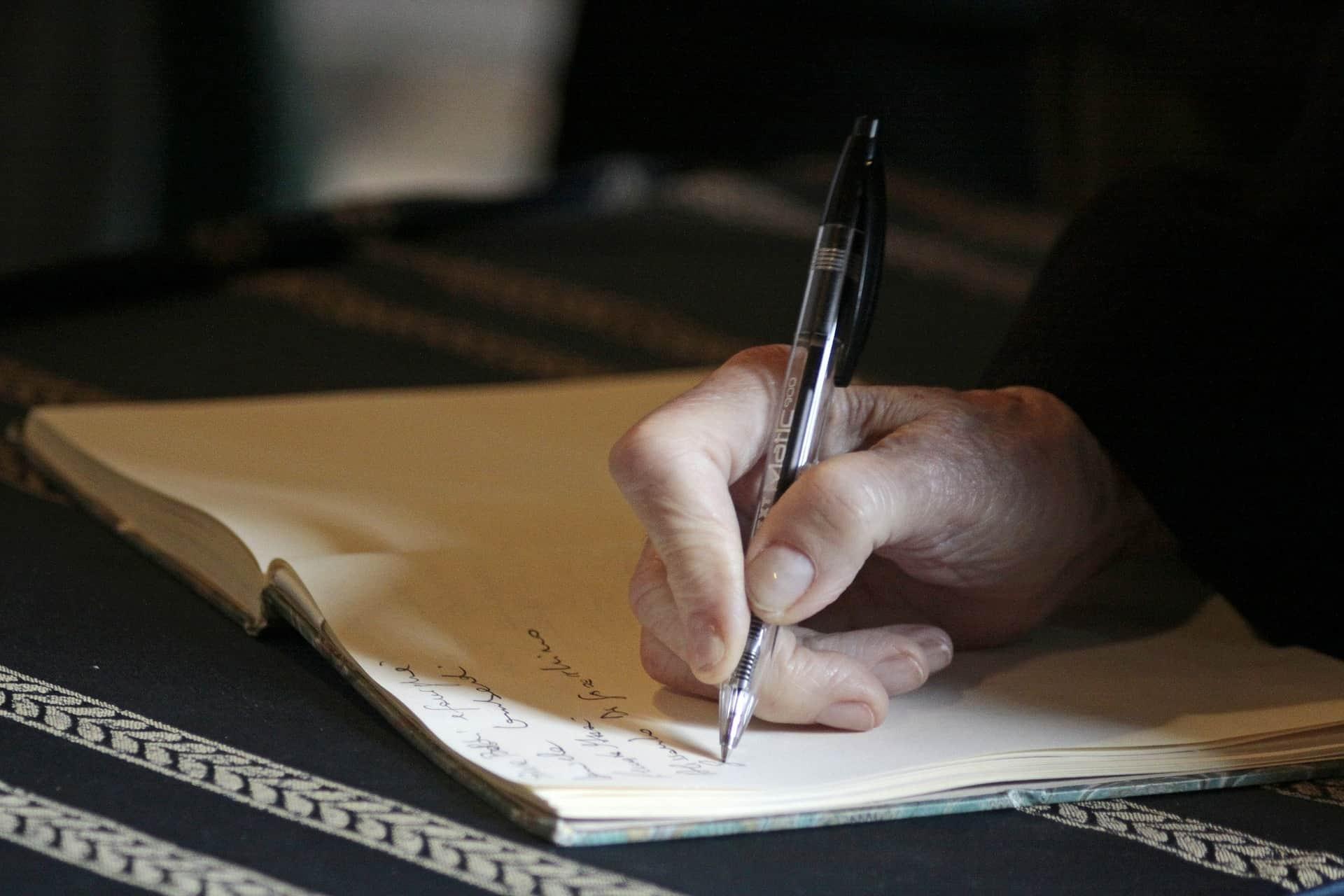 notatki, ktoś coś zapisuje