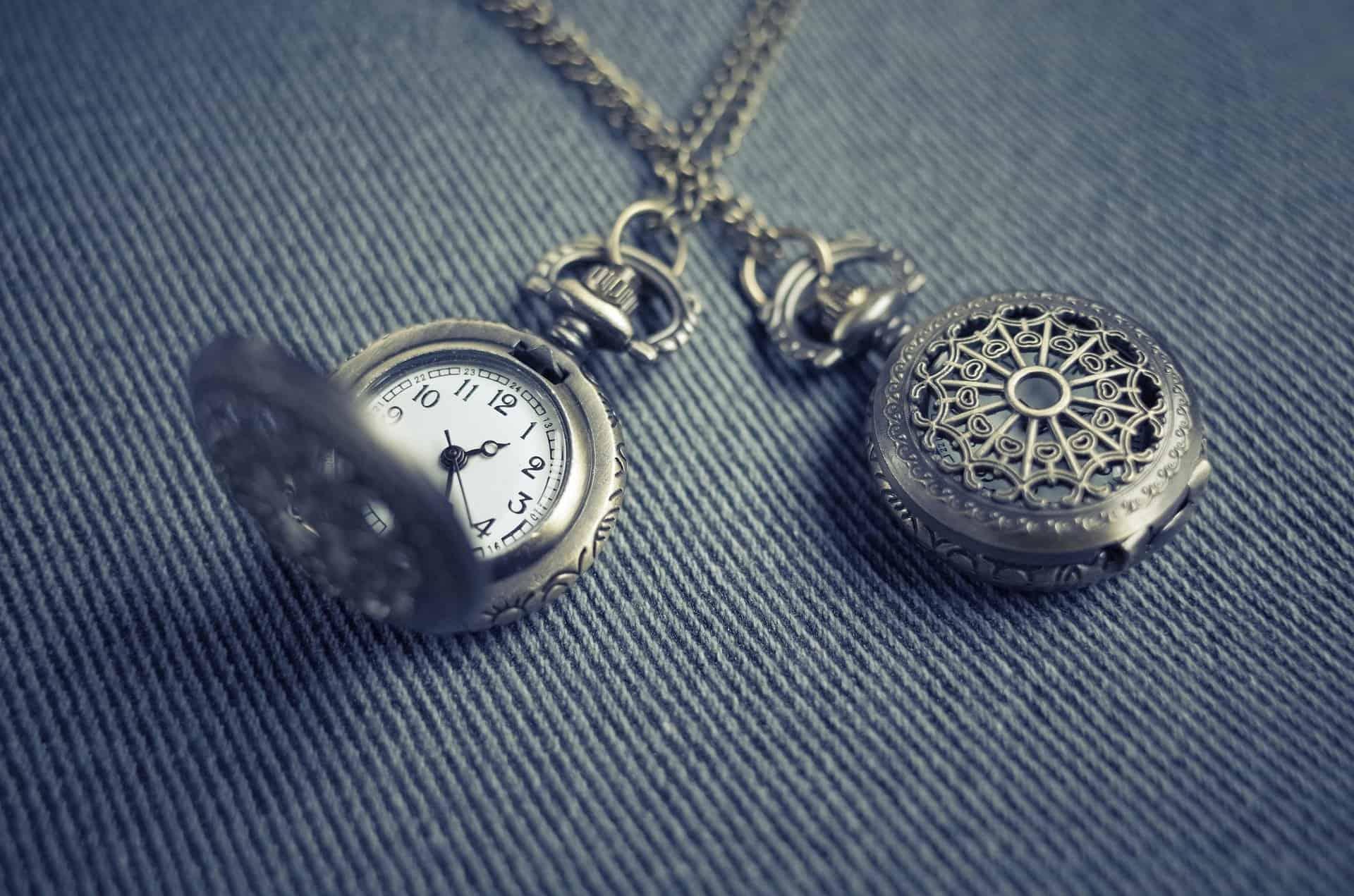 zegarek symbol przemijającego czasu - pogotowie pogrzebowe