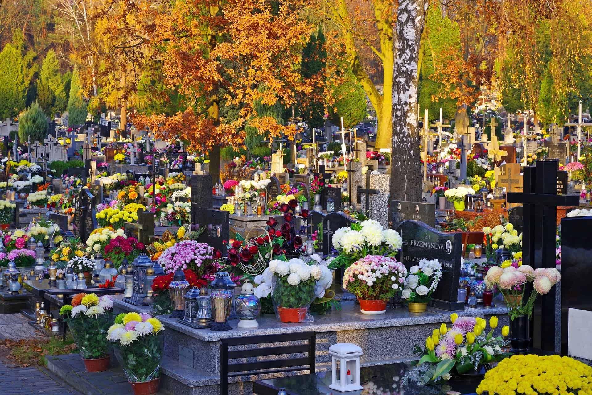 Bogato ozdobione groby nacmentarzu