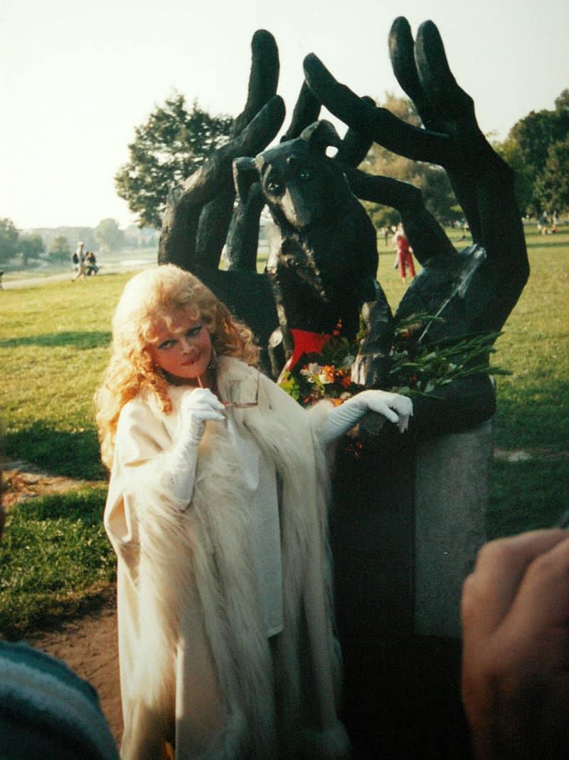 Violetta Villas przy pomniku psiej wierności wKrakowie