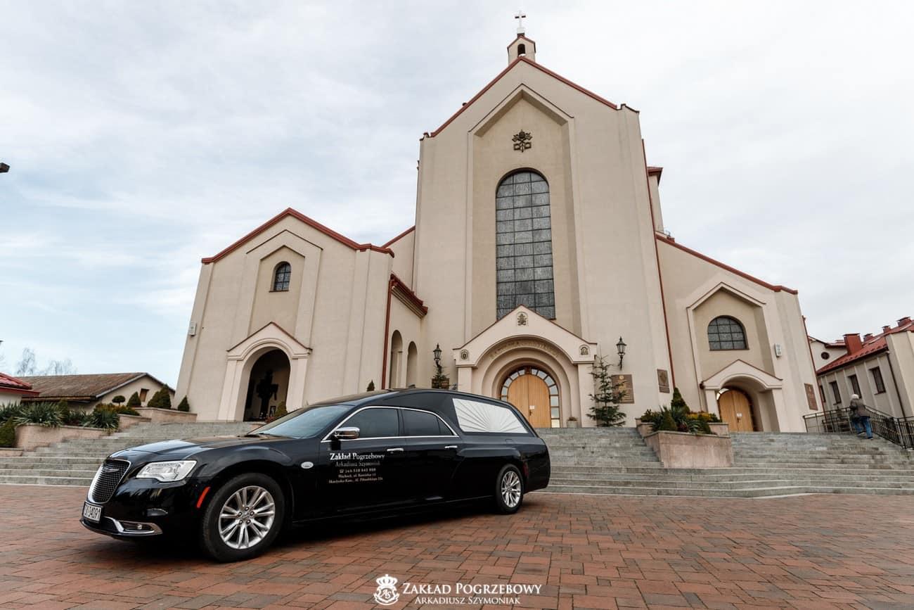 Karawan Zakładu Pogrzebowego Arkadiusz Szymoniak przez kościołem