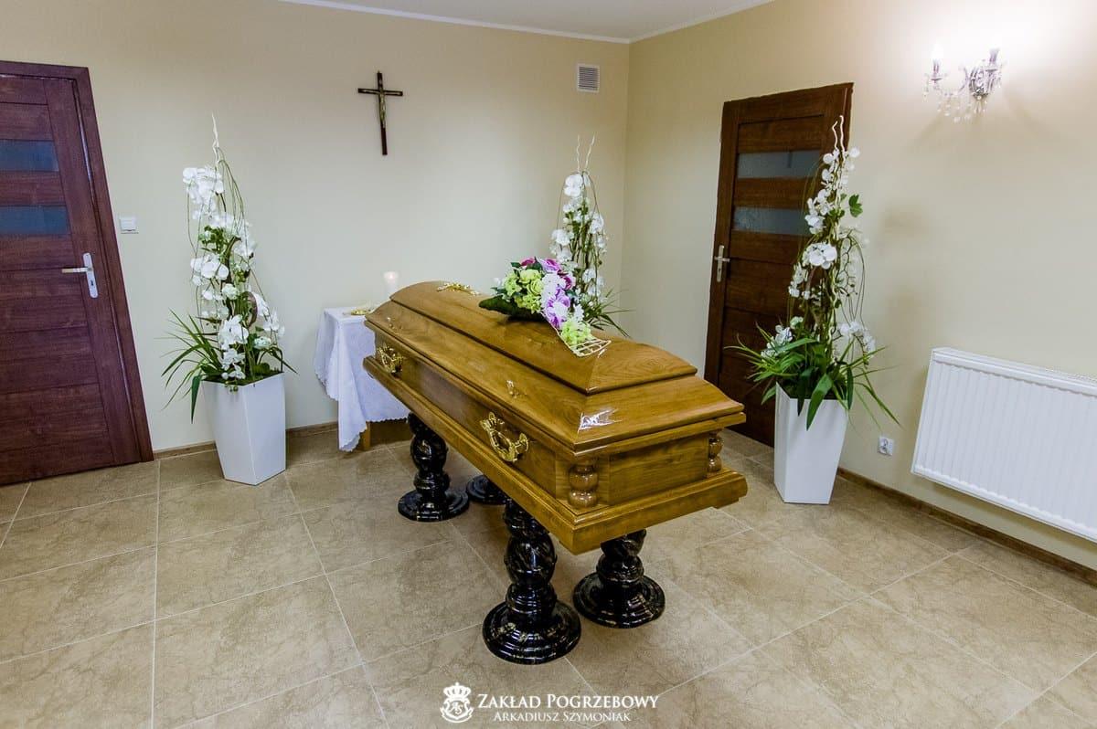 Trumna pogrzebowa w kaplicy pożegnań arkadiusz szymoniak