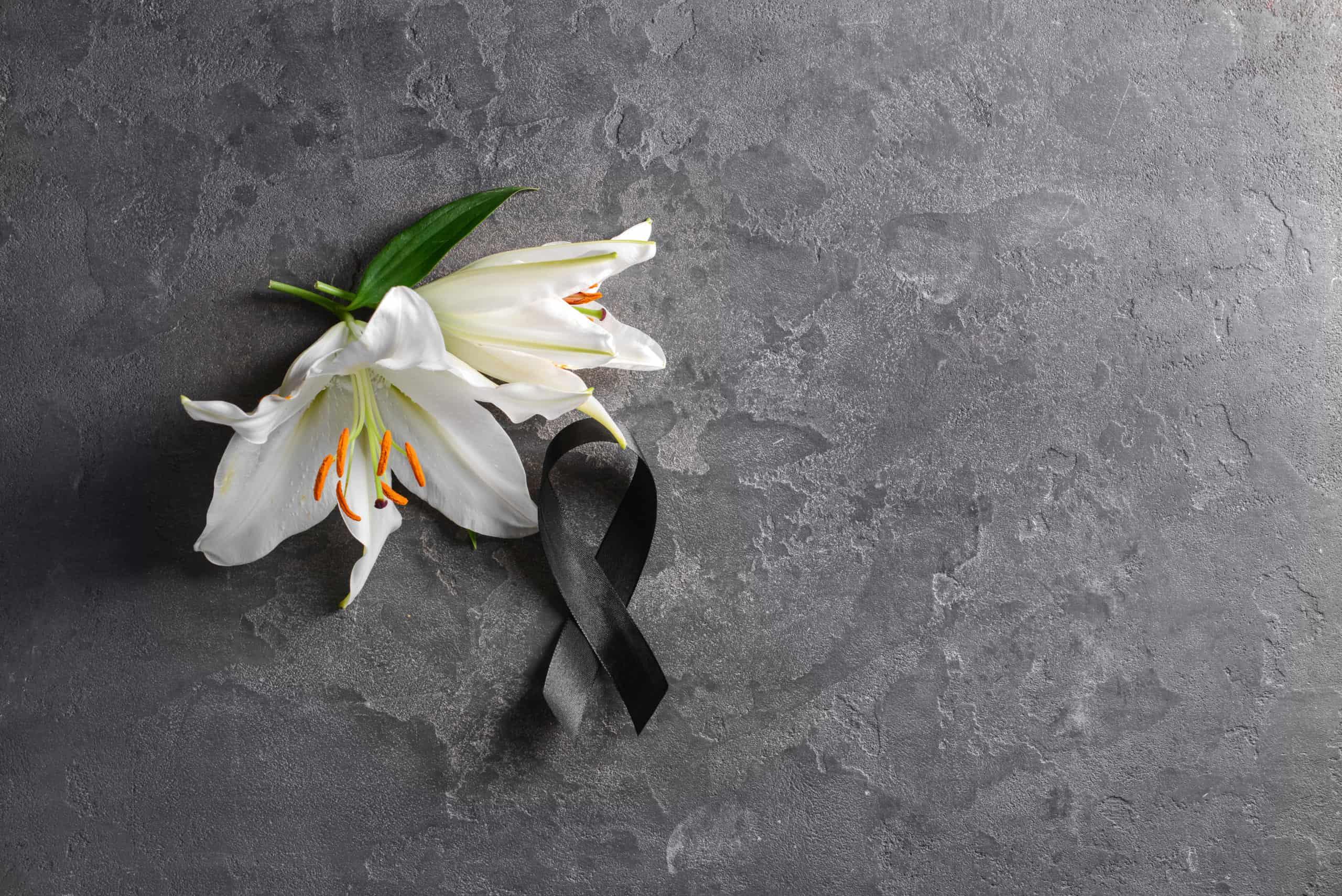 Kwiaty iwstążka symbolizująca żałobę