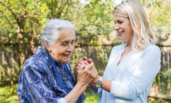 młoda kobieta ze staruszką