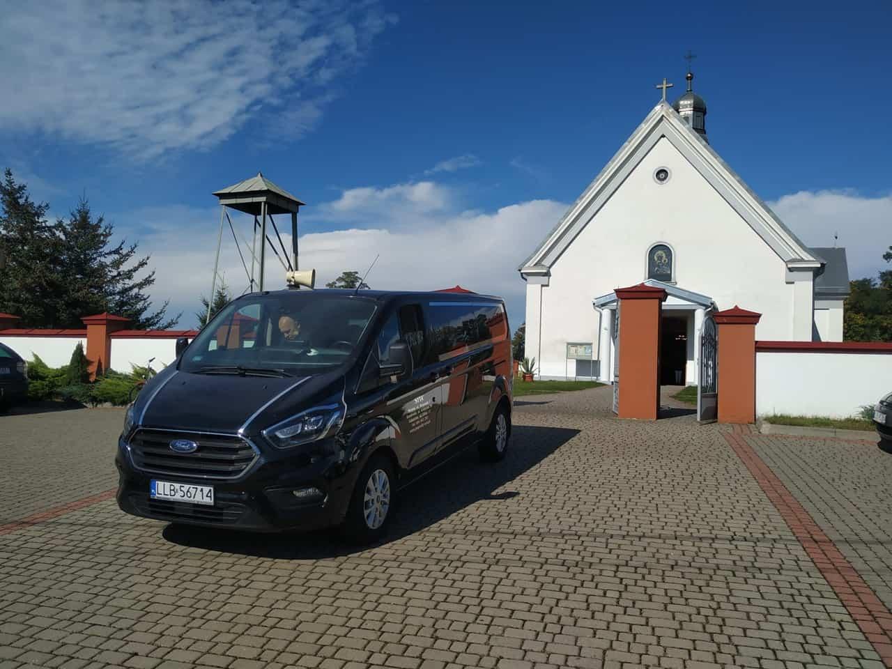 czarny duży karwan zakładu pogrzebowego syta przy kaplicy