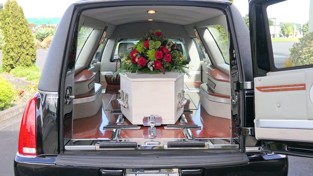 trumna wotwartym karawanie, zakład pogrzebowy wrocław transport zwłok