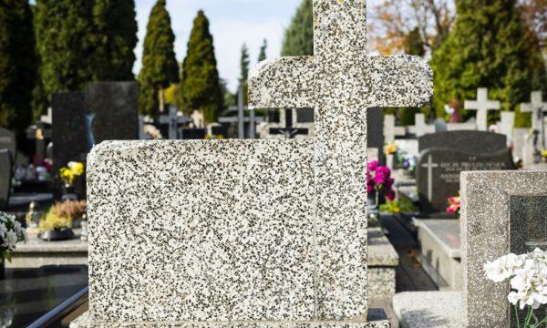 uszkodzony pomnik na cmentarzu