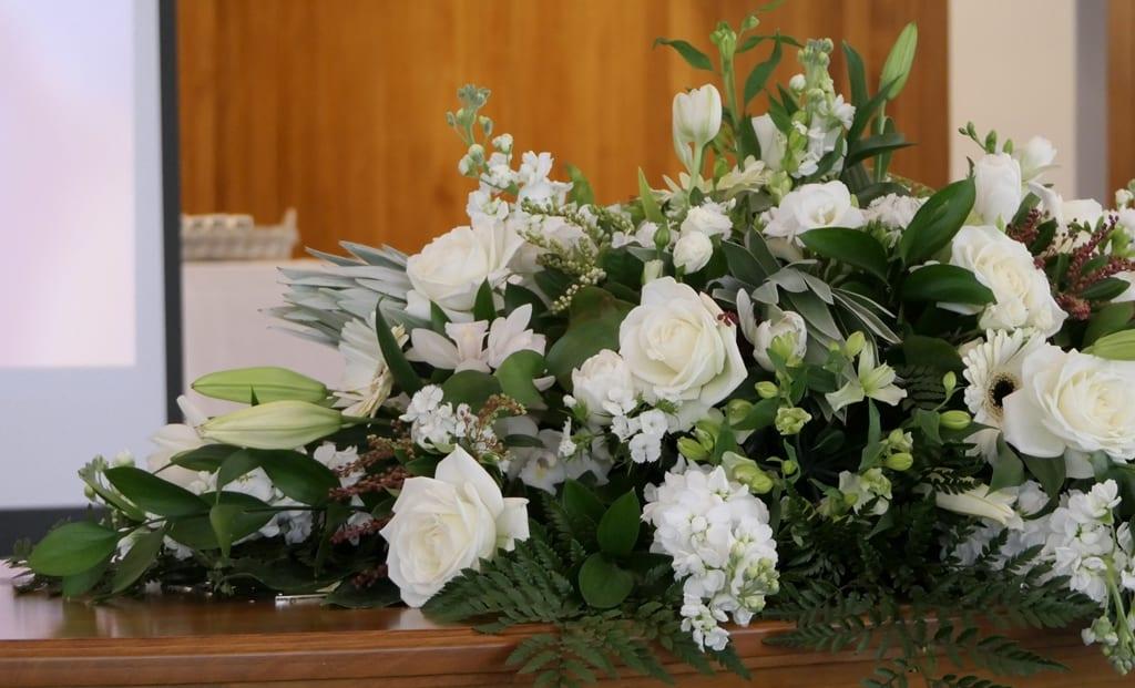 wiązanka pogrzebowa zbiałych kwiatów