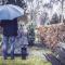 dziewczynka z tatą przy grobie na cmentarzu